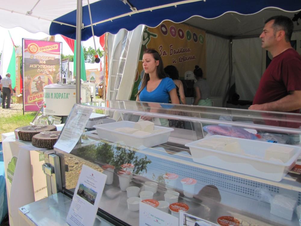 Фермерите продават от мобилни хладилни витрини